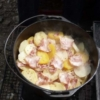 ダッチオーブンで造ったベーコンとじゃがいもの重ね焼き